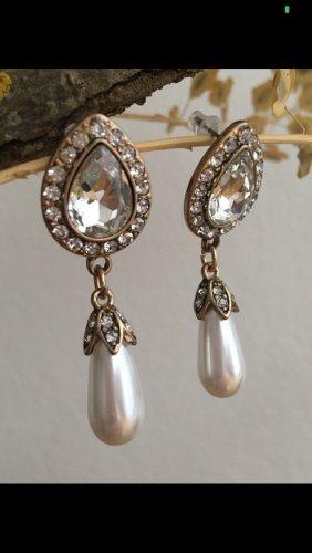 Glitzernde Ohrringe mit Perlen