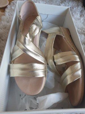 golde Sandale mit leichtem Keilbasatz