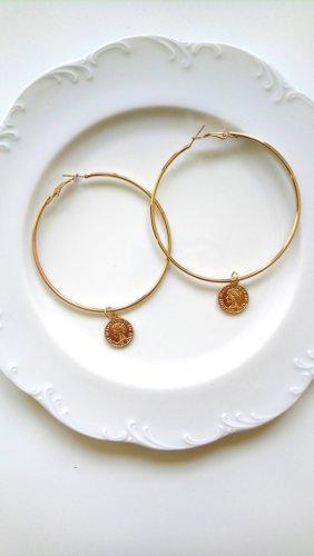 goldene Creolen mit Charm Frauenkopf
