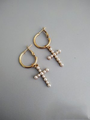 Goldene filigrane Creolen Ohrringe mit Perlen Kreuz Anhänger Charm - Ana Johnson Style