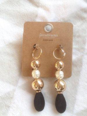 Goldene Ohrringe mit Samt von Stradivarius