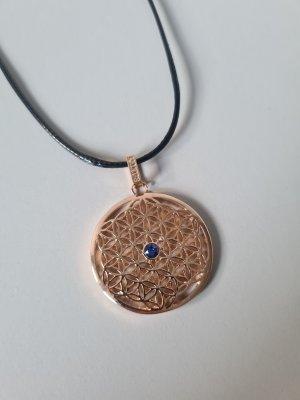 goldene Ornamentkette mit blauem Stein