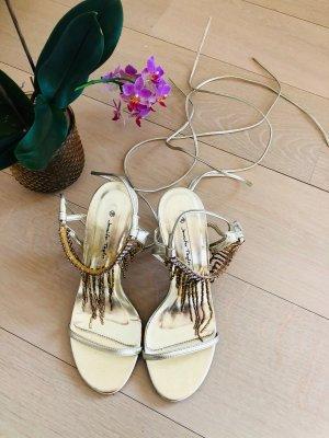 Goldene Sandalen mit Schnürung für besondere Anlässe