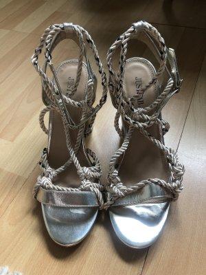 Goldene Sandaletten mit Schnürung