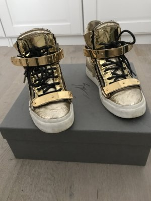 Goldene Sneaker fallen wie 37 aus