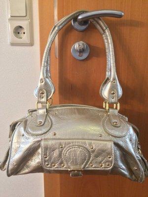 Goldene Tasche mit goldenen Details