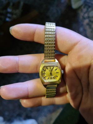 Montre avec bracelet métallique doré