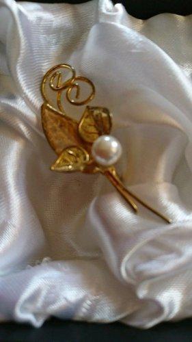 Goldene wunderschöne Brosche mit Perle.