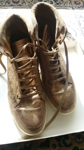 goldenen glitzernden Sneakers von Jimmy Choo