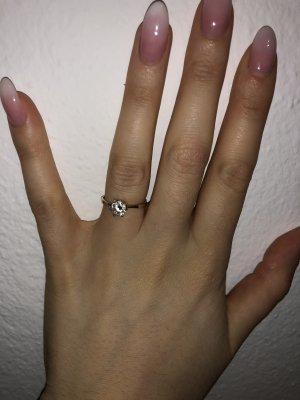 Goldener Ring mit Stein