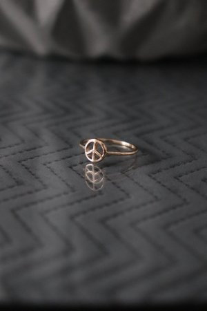 Goldener Ring von Asos mit Peace Zeichen