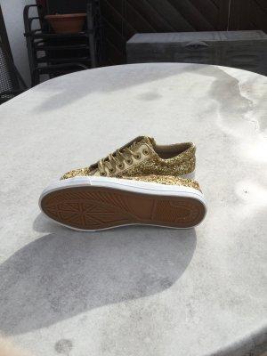 Goldener Sneaker