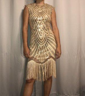 Goldenes Kleid im Stil der 20er Jahre