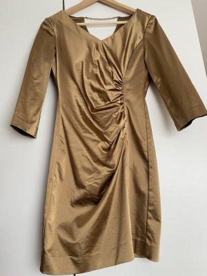 Goldenes Kleid mit Raffung