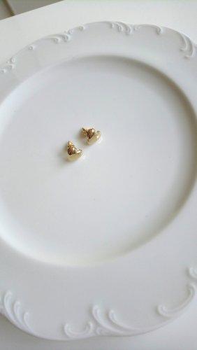 goldfarbene Herzohrringe mit glatter metallischer Oberfläche