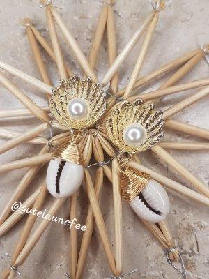 goldfarbene Ohrringe mit echten Muscheln und Kunstperlen handmade