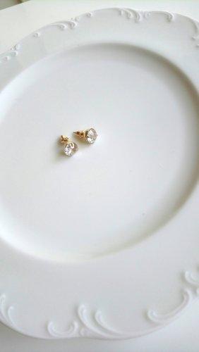 goldfarbene Ohrringe mit großen Zirkoniasteinen