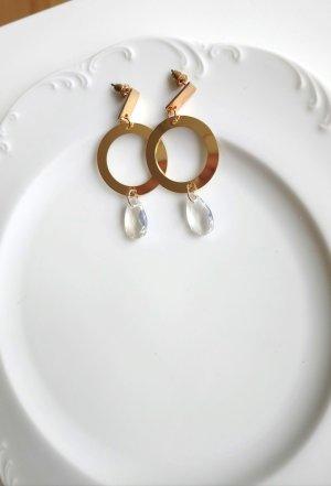 goldfarbene Ohrringe mit klar weißem tropfenförmigen Stein