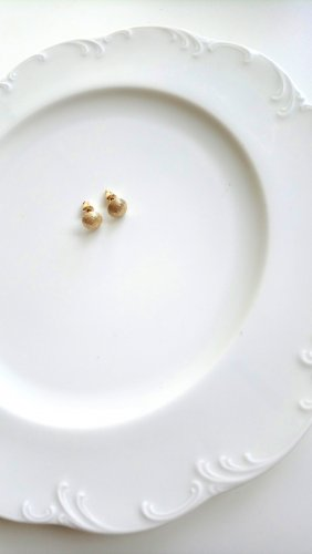 goldfarbene Ohrringe mit strukturierten Perlenkappen