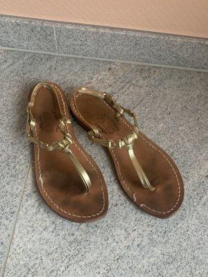 Goldfarbene Sandalen