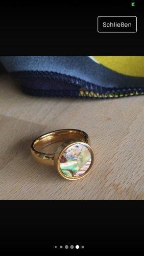Goldfarbener Ring mit Perlmutt