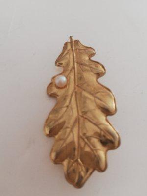 golfene Brosche in Eichenblattform