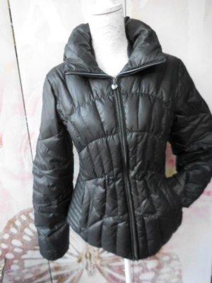 Gr. M   GUESS schwarze Daunenjacke (Federchen)  wünderschön! warm Hat gegen 200Euro gekostet sehr guter Zustand wurde gerne getragen.