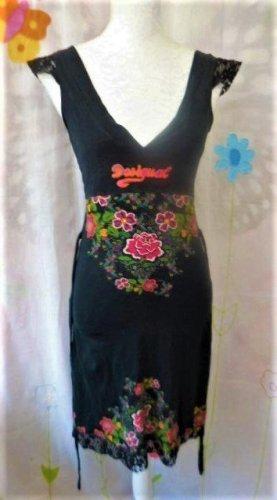 Gr. XS Desigual schwarzes Kleid sehr guter Zustand Als Orientierung Umfang der Büste (kurvige 36): Schulter 95cm, auf dem Busen 85cm und Hüfte 90cm Taille unerreichbar... PS: MEHR DESIGUALs und viele andere tolle Teile sind schon eingestellt