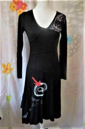 Gr. XS S Desigual schwarzes langarm Kleid sehr guter Zustand Als Orientierung Umfang der Büste (kurvige 36): Schulter 95cm, auf dem Busen 85cm und Hüfte 90cm Taille unerreichbar... PS: MEHR DESIGUALs und viele andere tolle Teile sind schon eingestellt