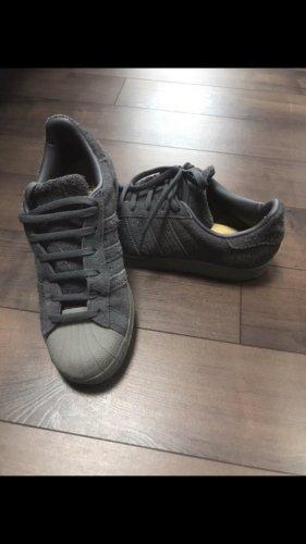 Grau Adidas Sneaker