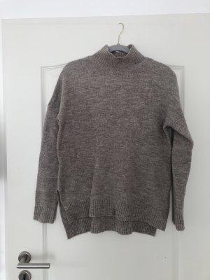 Grau-beiger Pullover mit Kragen