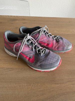 Grau pinke Nike Hallenturnschuhe