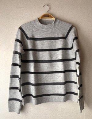 Grau/schwarz gestreifter Pullover