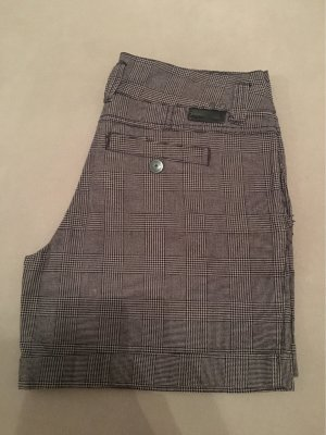 Grau/schwarz karierte kurze Hose