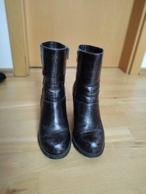 grau schwarze Stiefel