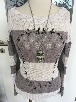Grau weisser Pullover