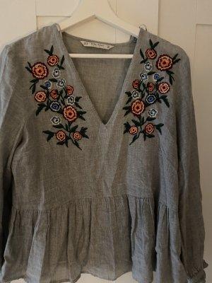 Graue Bluse mit Blumenstickerei