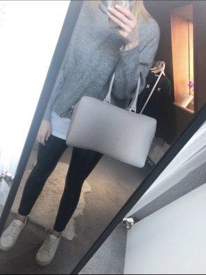 Graue Handtasche mit Reißverschluss und silbernen Details