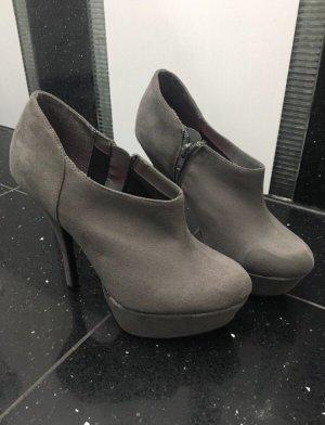 Graue High Heels