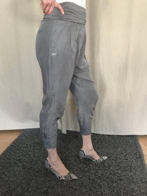 graue Hose aus Seide
