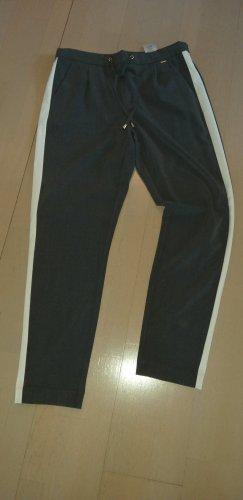 graue Hose mit hellem Seitenstreifen