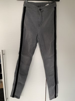 Graue Hose mit schwarzem Streifen an der Seite