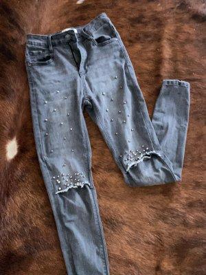Graue Hosen mit Perlen