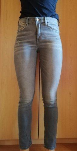 Graue Jeans im Used-Look