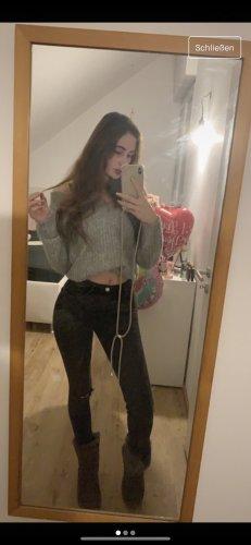 Graue Jeans mit Riss