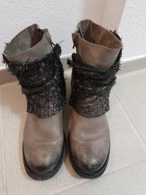 graue Leder-Boots