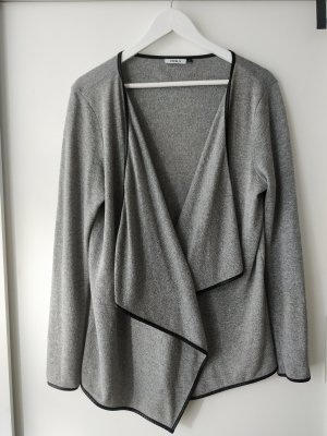 graue lockere Strickjacke