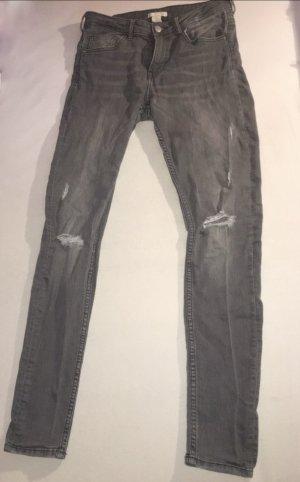 Graue löchrige Jeans