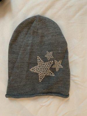graue Mütze mit Sternen