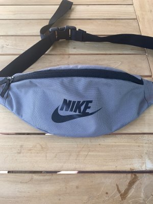 Graue Nike-Bauchtasche